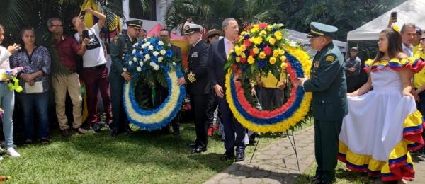 Con flores conmemoró la Embajada de Colombia en Guatemala el Día de la Independencia